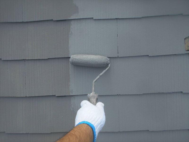 屋根の上塗りをしています。上塗りの前に差し込んでいるので、タスペーサーにも塗装して目立たなくさせています。
