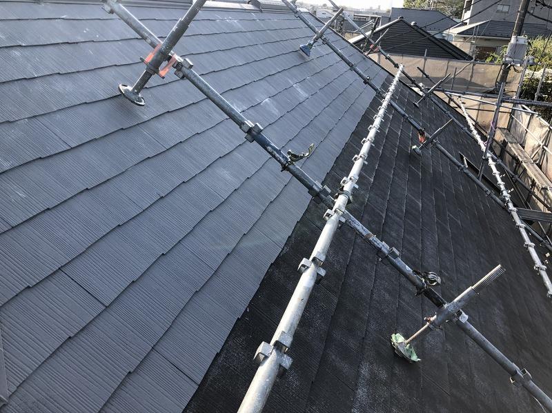 屋根の塗装は上から順番に塗装していきます。