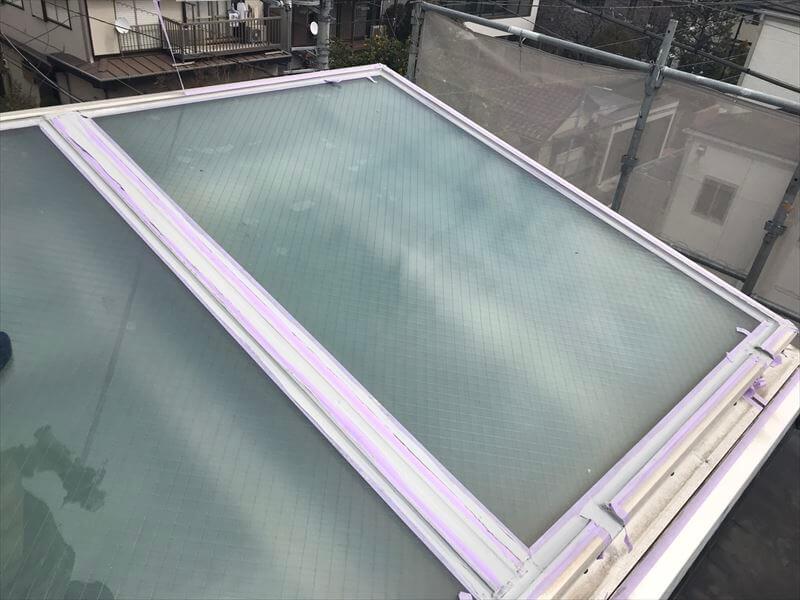 天窓周辺のシーリングを行いました。紫の部分は関係ない場所にシールがつかないようにしている養生のテープです。