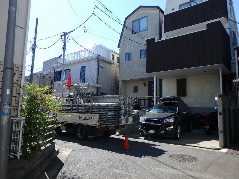 家の前にトラックを駐車して足場を設置していきます。