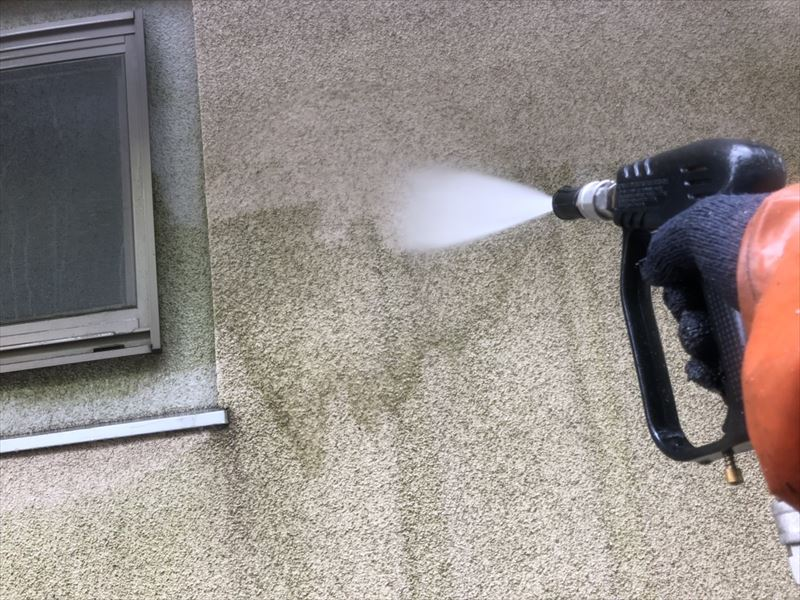 外壁を高圧洗浄で洗い流しています。