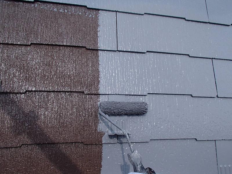 遮熱効果の高い塗料を使って、屋根の中塗りをしています。