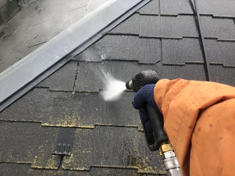 屋根の高圧洗浄です。洗ってみると、経年劣化で屋根が変色していることがわかります。