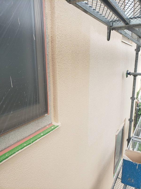 外壁の上塗り中。窓は養生してしまうので、外壁の塗装が終わらないと開けることはできません。
