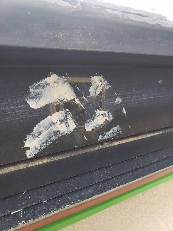破風板は傷んだ場所にパテを塗って埋めてあります。