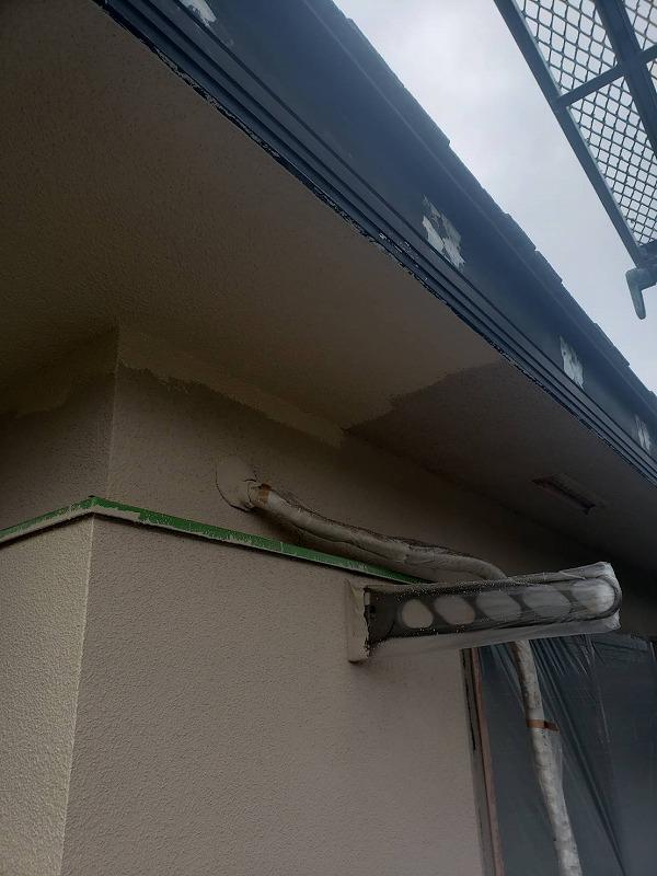 軒裏を塗装しています。外壁と同じ材料だったので、同じ塗料を使用しています。