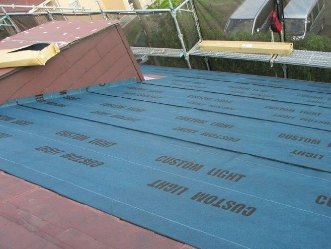 屋根に防水シートを貼っていきます。
