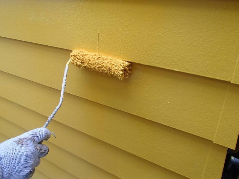 外壁の上塗り中です。塗膜が厚くなるので、色のムラがなくなりキメが整ってきれいに仕上がります。