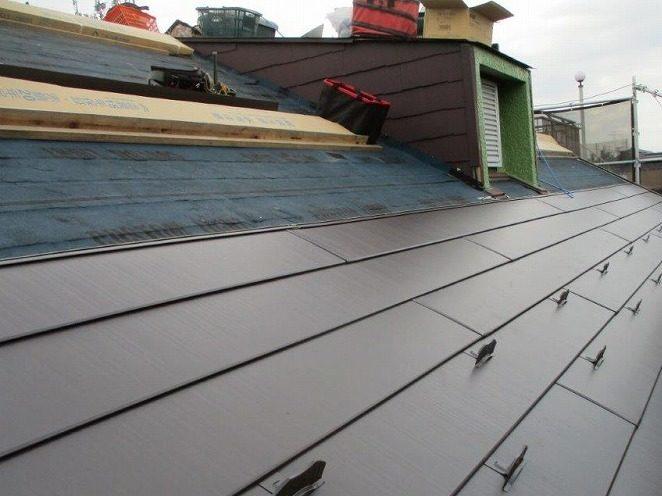 続いて、新しい屋根を取り付けていきます。
