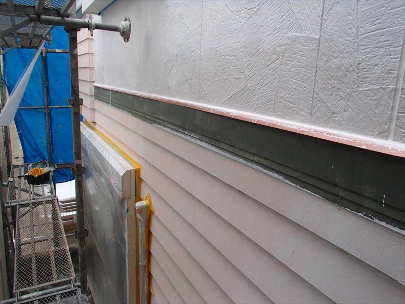 中塗りがスタートしました。窓や配管の裏など塗装が塗りにくい場所から塗って、ダメ直しが出ないようにする「ダメ込み」作業を行っています。