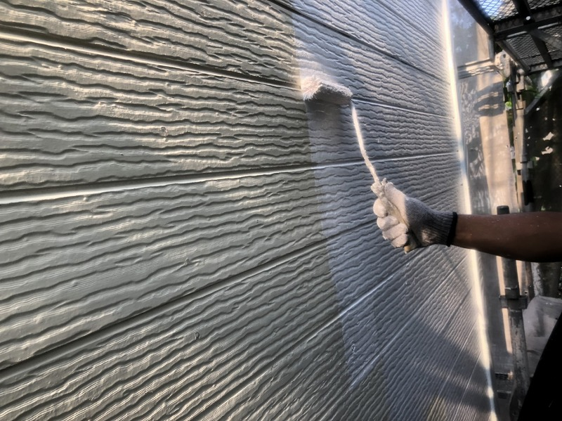 外壁の下塗りが始まりました。この時に補修が必要な箇所を丁寧にチェックしています。