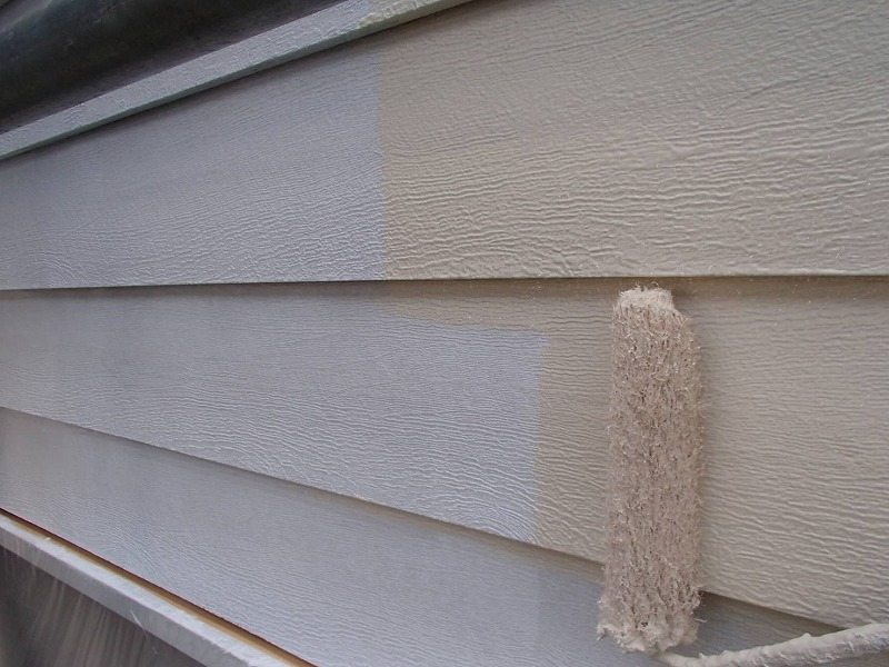 段差の多い外壁は、塗り残しにならないよう境目をしっかりと塗っていきます。