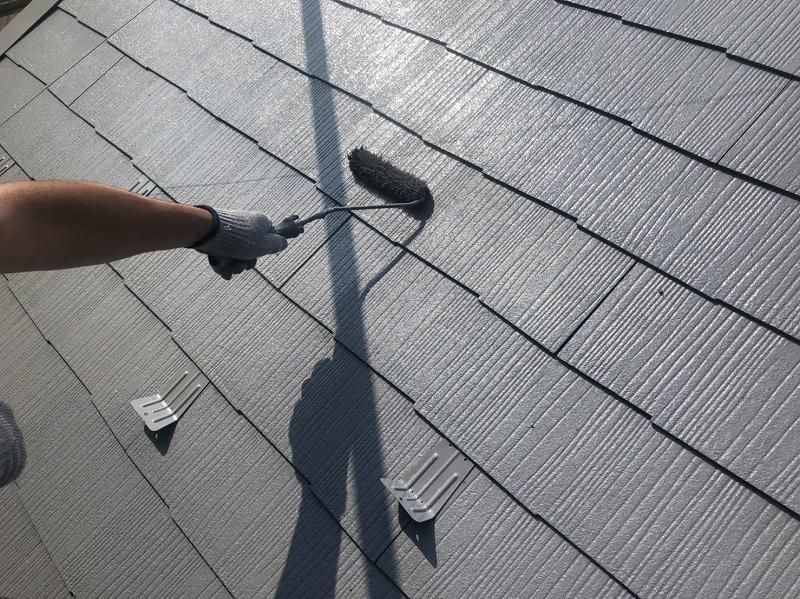 屋根の上塗りです。トップコートを2回塗ることでしっかりと塗膜を作っています。
