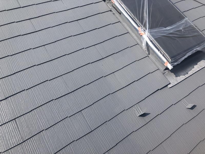 屋根の上塗りが完成しました。塗るタイミングで塗料の乾きが違うため、塗りたては色ムラがあるように見えます。