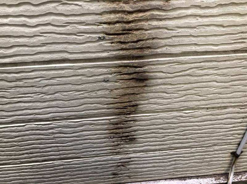 ツタを撤去し、表面にヤスリを掛けて綺麗にしました。色は残っていますが、この後の塗装で全く分からなくなります。