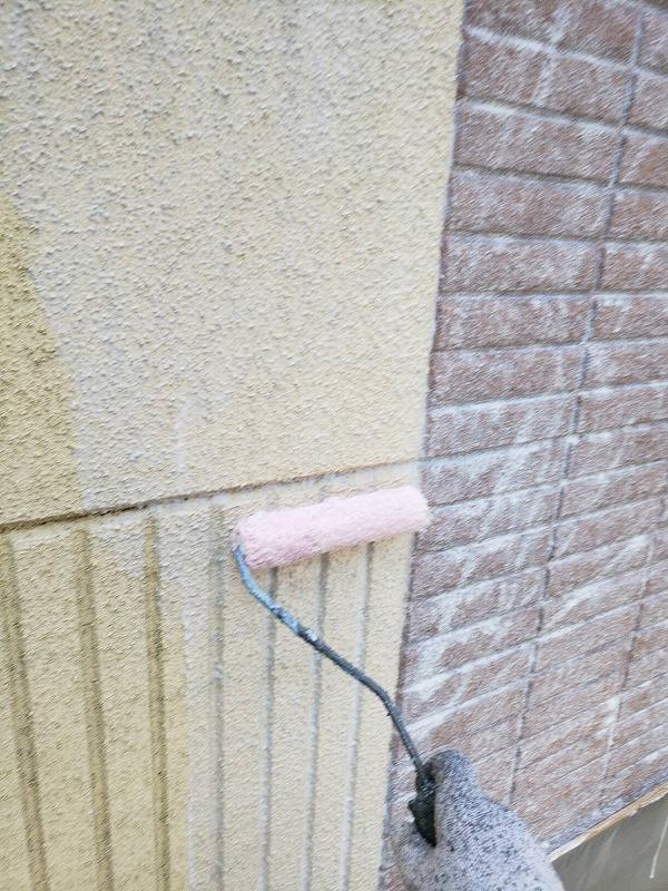 外壁の下塗りがスタートしました。トップコートの密着効果が高まります。