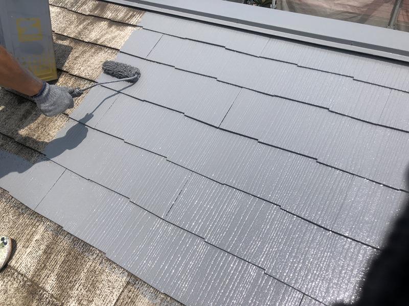 屋根の中塗りがスタートしました。この時に補修が必要な箇所も直していきます。