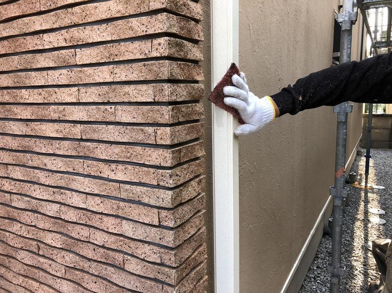 雨樋の塗装は汚れをこすり落としてから行います。