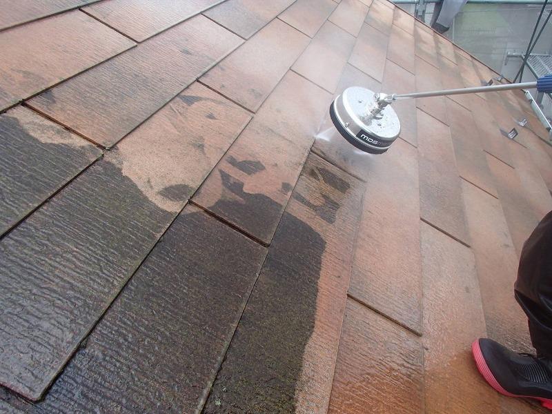 ブラシのついた高圧洗浄機で屋根をきれいに洗っていきます。