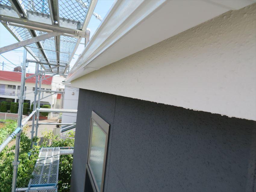 軒裏・雨樋、外壁の塗り分けで塗料を変えながら仕上げています。