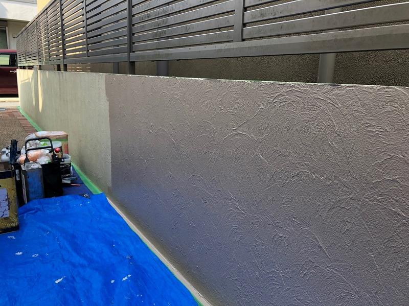 塀の塗装です。地面が汚れないようにしっかり養生をして塗装しています。