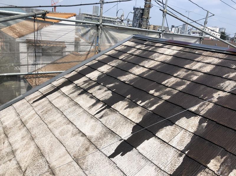 屋根の下塗り材は透明なので変化が見えませんが、この後に塗る塗料の密着性が上がっています。