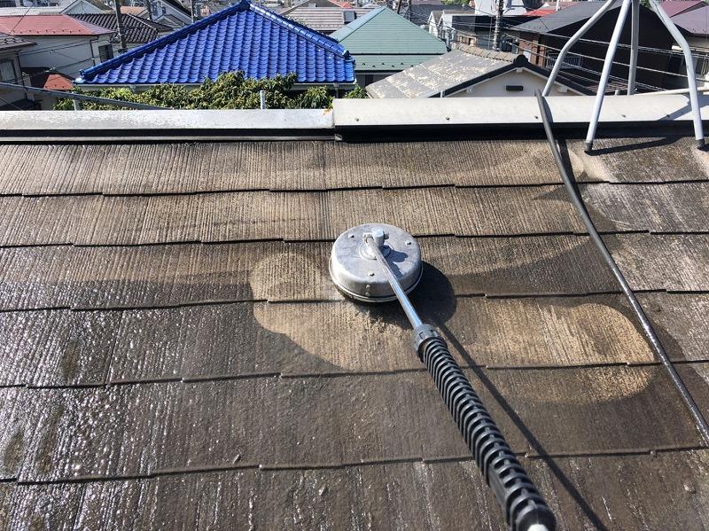屋根の洗浄では、ブラシのついた洗浄機で汚れをこすり落としていきます。