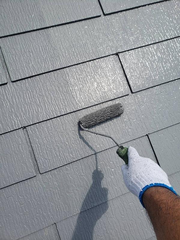 屋根の上塗りをしています。