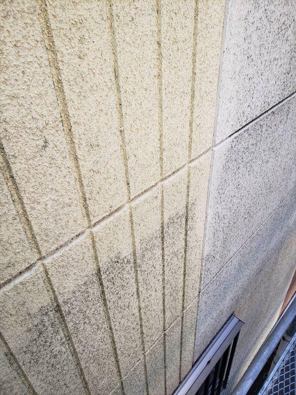 高圧洗浄で壁の汚れを洗い流していきます。