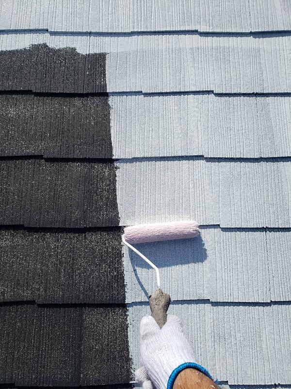 屋根の下塗り材を塗りながら、ヒビ割れ等をチェックしています。