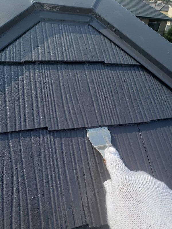 屋根に塗った塗料が瓦の隙間に入りこんで隙間を塞ぎ雨水がたまる原因にならないよう、「タスペーサー」という部品を入れて隙間を作ります。
