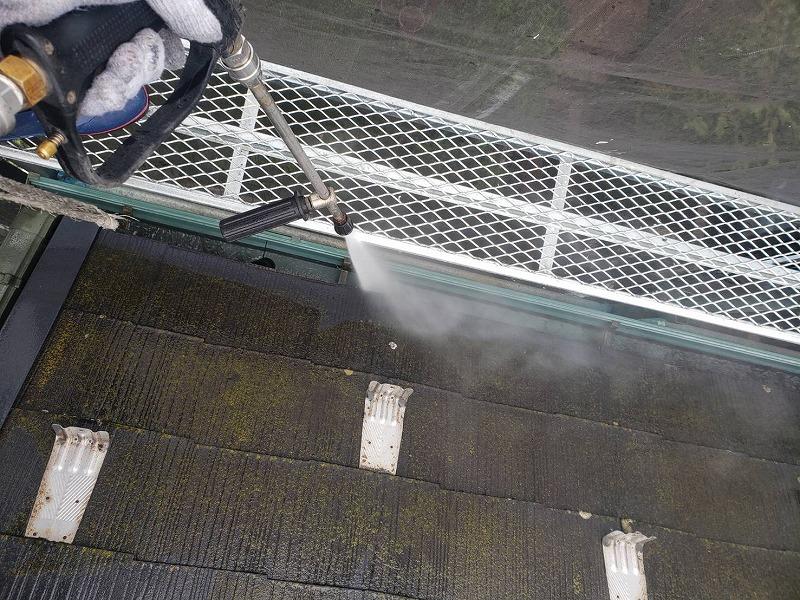 屋根の高圧洗浄をしています。雨樋部分は詰まりが取れるので、流れも良くなります。