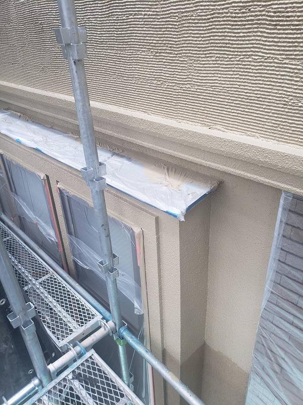 外壁のクシ目模様は、ローラーを塗る際に凹凸でムラになりやすいので、特に丁寧に塗っていきます。