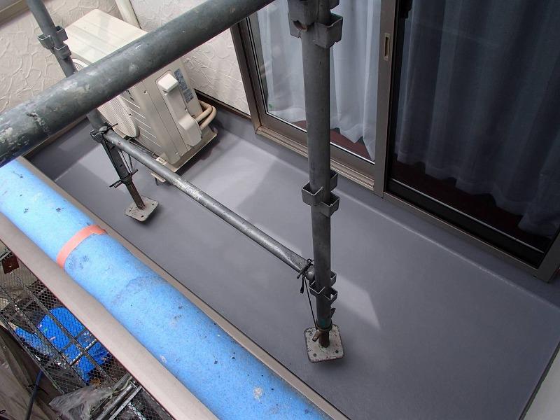 足場は上に持ち上げて、防水の塗料を塗りました。