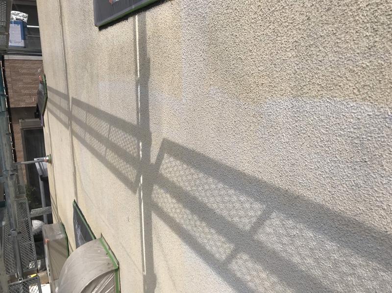 外壁の下塗りはその後の仕上がりに影響するので、塗り忘れがないように丁寧に塗っていきます。