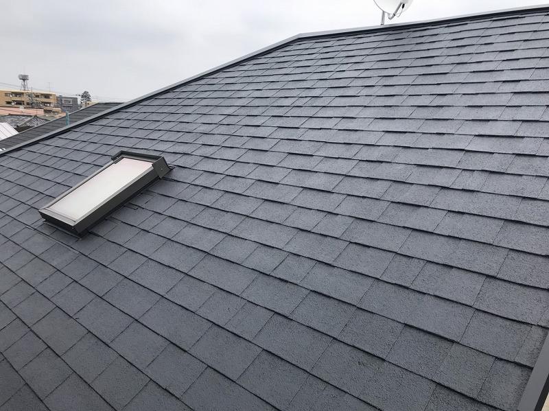 屋根の上塗りが完了。中塗りの時に比べて、表面のキメが整い艶が出ています。