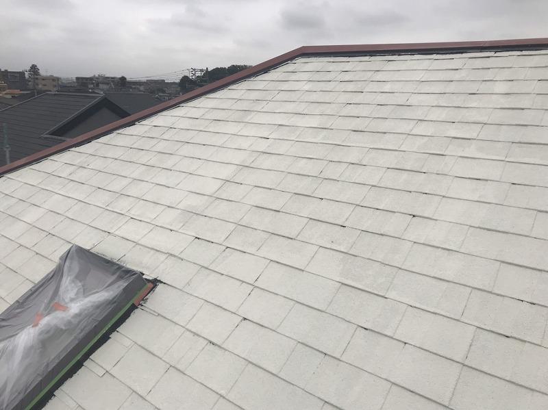 屋根の下塗りが完成しました。出窓に塗料が付かないように養生をしています。