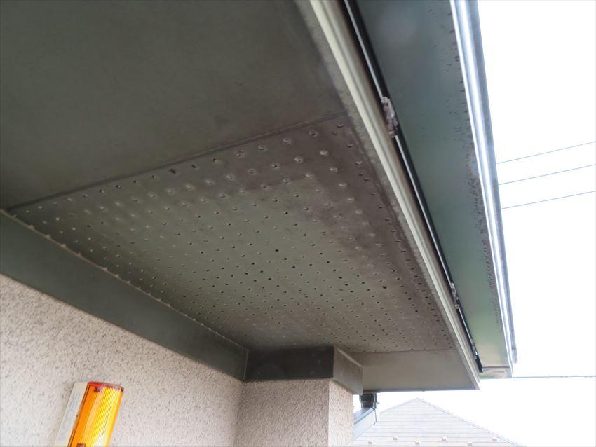軒裏は経年劣化による色あせや汚れが目立っています。