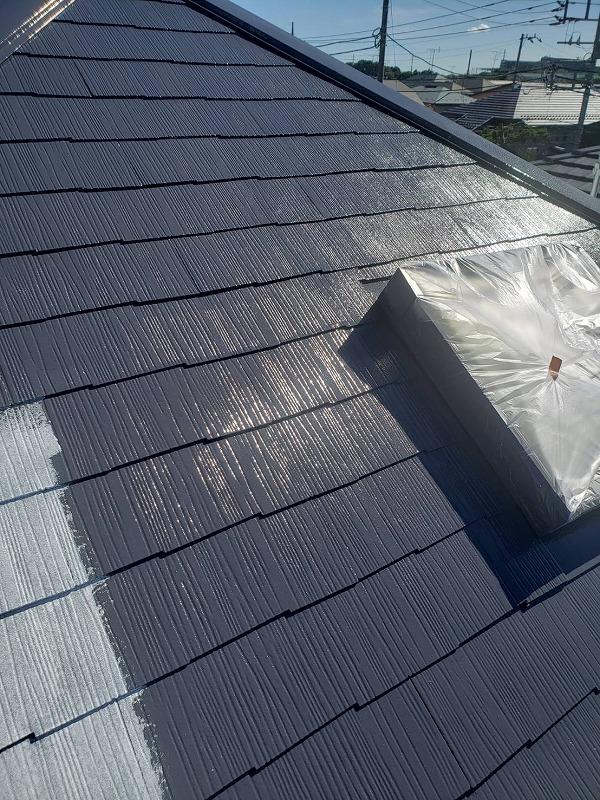 屋根の中塗りです。出窓部分は塗料が付かないようにきっちりと養生しています。