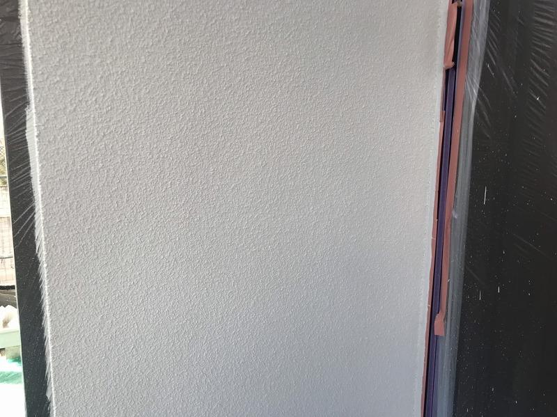 外壁の上塗りが出来上がりました。塗料がついて困る場所はしっかりと養生しています。