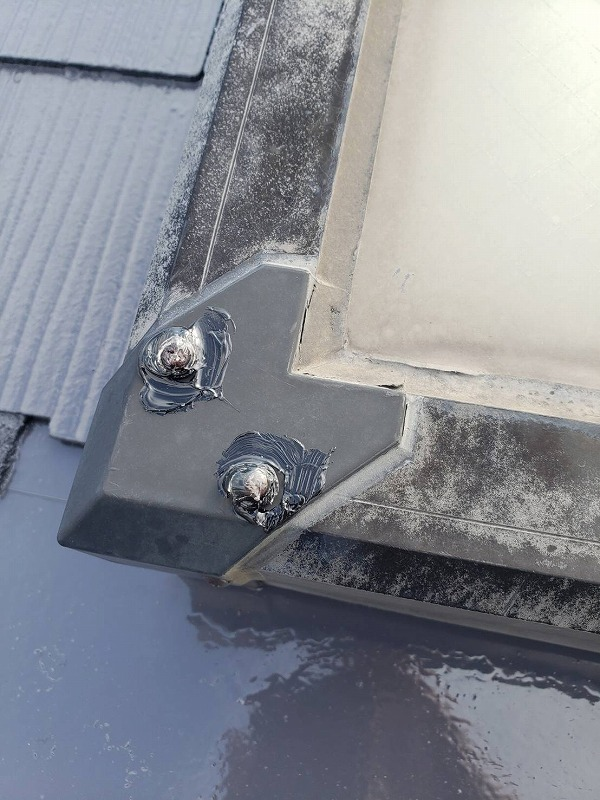 屋根の出窓部分のシールが怪しかったので、きっちりとシールをしました。
