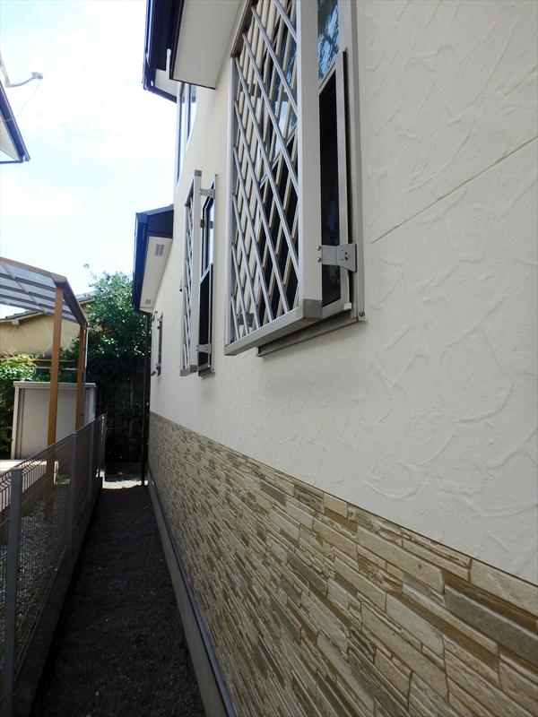 外壁は上のモルタル部分がアートフレッシュ、タイル部分が透明のクリーンSDトップで塗装しました。