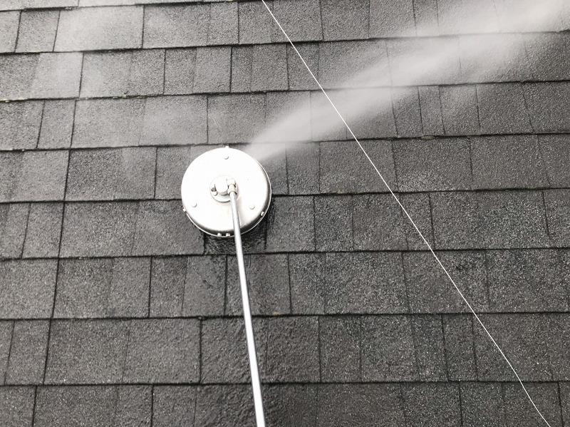 屋根の高圧洗浄を行いました。ブラシの付いたサーフェスクリーナーで洗っています。