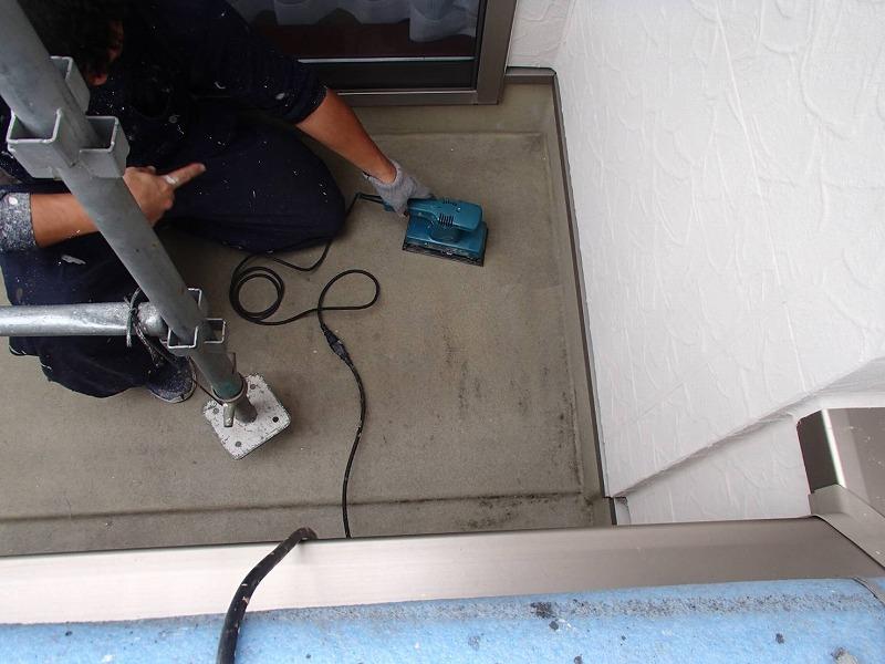 バルコニーはFRP防水の再塗装に備えて、床面を目荒ししています。