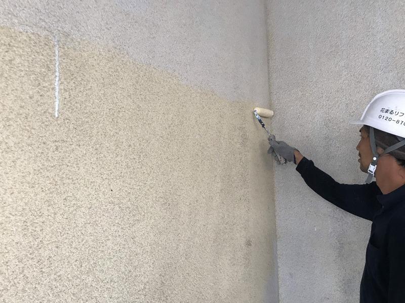 外壁に下塗りをしています。その次に塗る塗料の密着度が高まります。