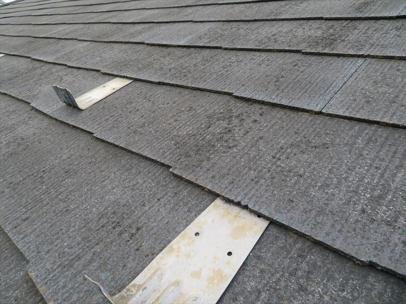 屋根瓦には汚れやコケがあり、雪止め部分も汚れが溜まっています。