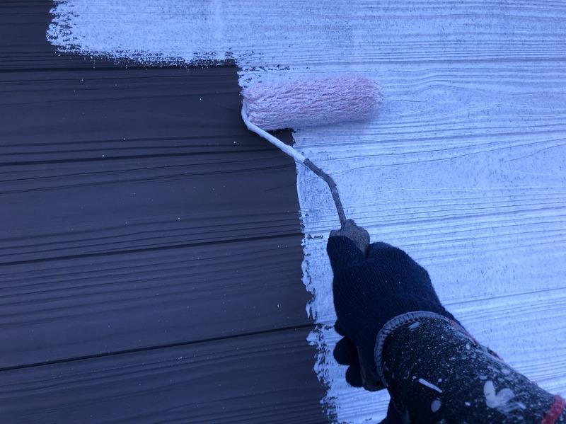 塗料の密着を良くする下塗り材を外壁に塗っていきます。上塗材の色に関わらず、白く色づきます。