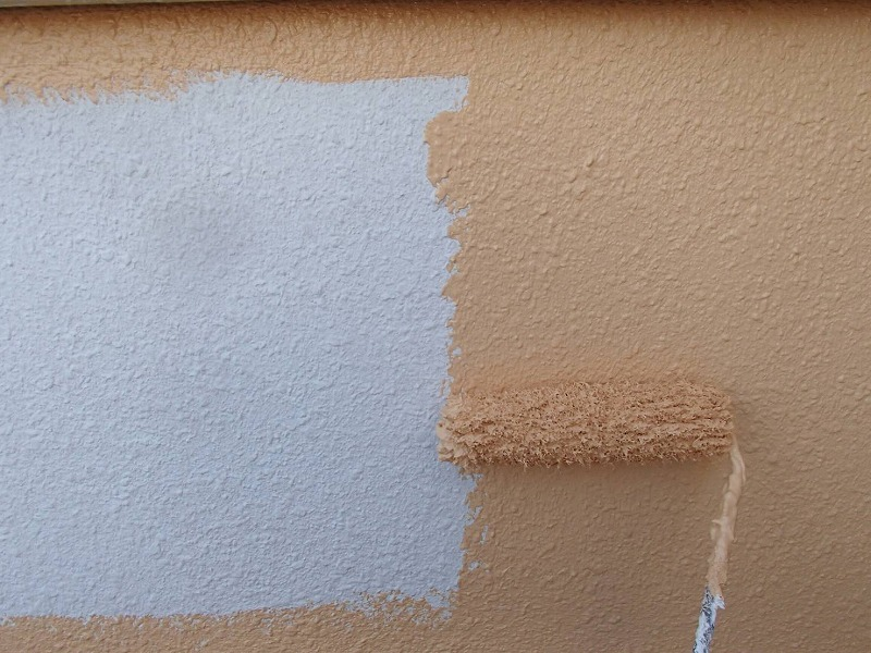中塗りではキレイに塗れるよう、角や隅の部分を先に塗って、中を塗りつぶしていきます。