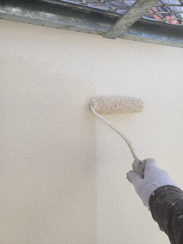 外壁の上塗りです。上塗りをすると、表面が整い艶が出てきます。