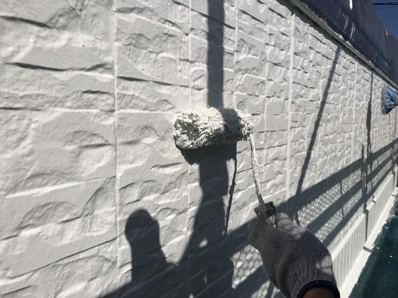外壁の上塗りは、中塗りと同じ塗料を塗っていきます。塗り残しがなく均一の厚みになるに注意して作業しています。